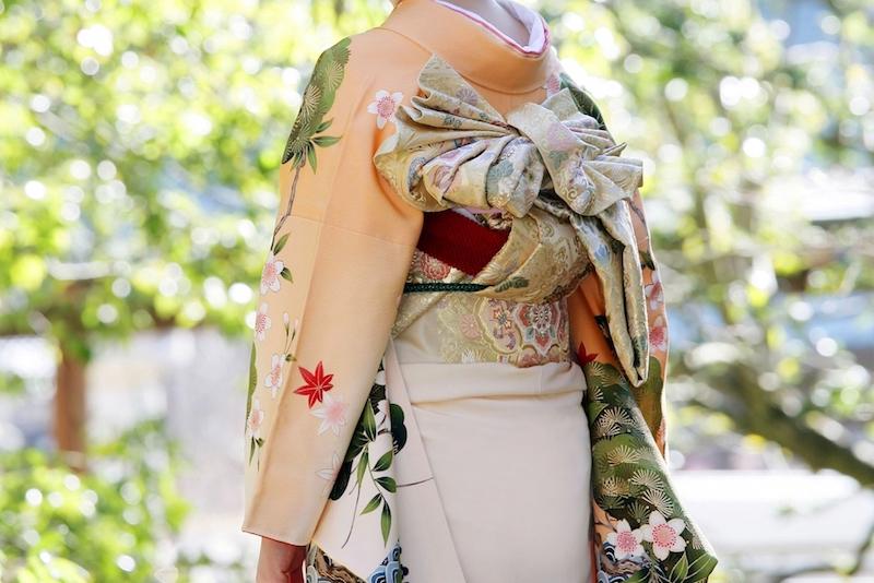 和服の種類:振袖を着た女性