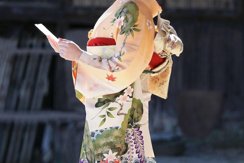 着物の種類としては礼装の振袖を着こなす女性