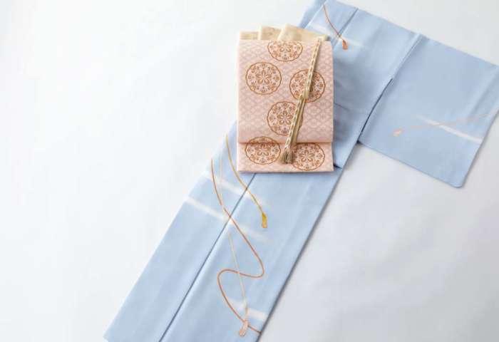 セミオーダー訪問着「紐に霞」うす花色。有職織物「梅華文」珊瑚色を合わせて。金茶色の帯締め帯揚げを合わせて。全景。