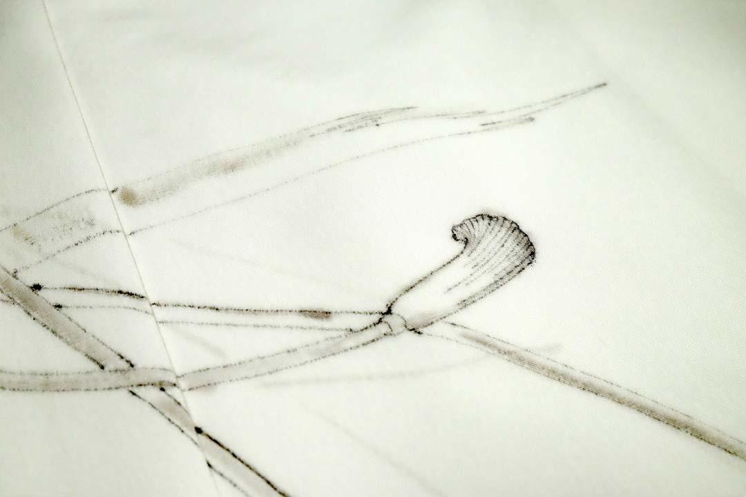 紐柄の訪問着、白生地に代用青花で描いた下絵。