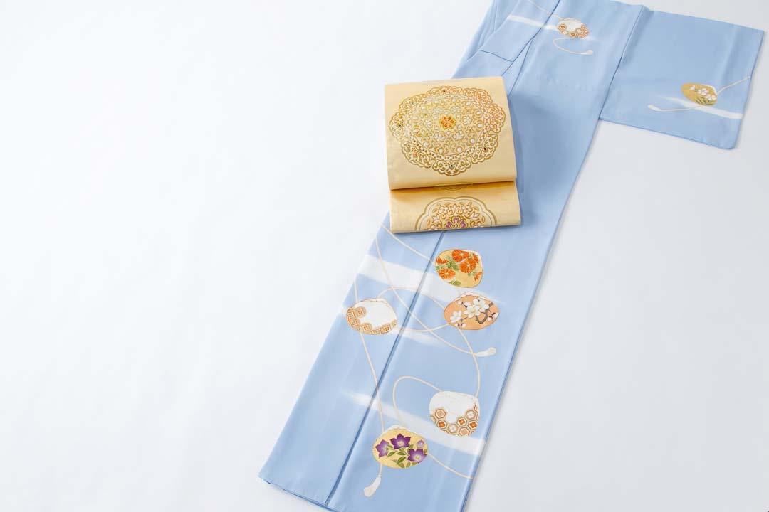 セミオーダー訪問着「貝合わせに紐」うす花色。盡政金唐錦袋帯「天平鏡裏文」金色地を合わせて。全景。