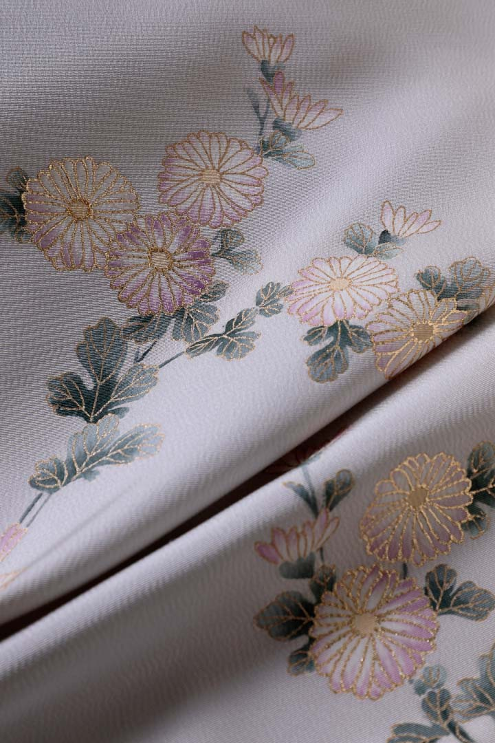 セミオーダー訪問着「宗達の菊」月白色。金彩と刺繍。光沢ある縮緬の生地の良さを引き出して。縦長。