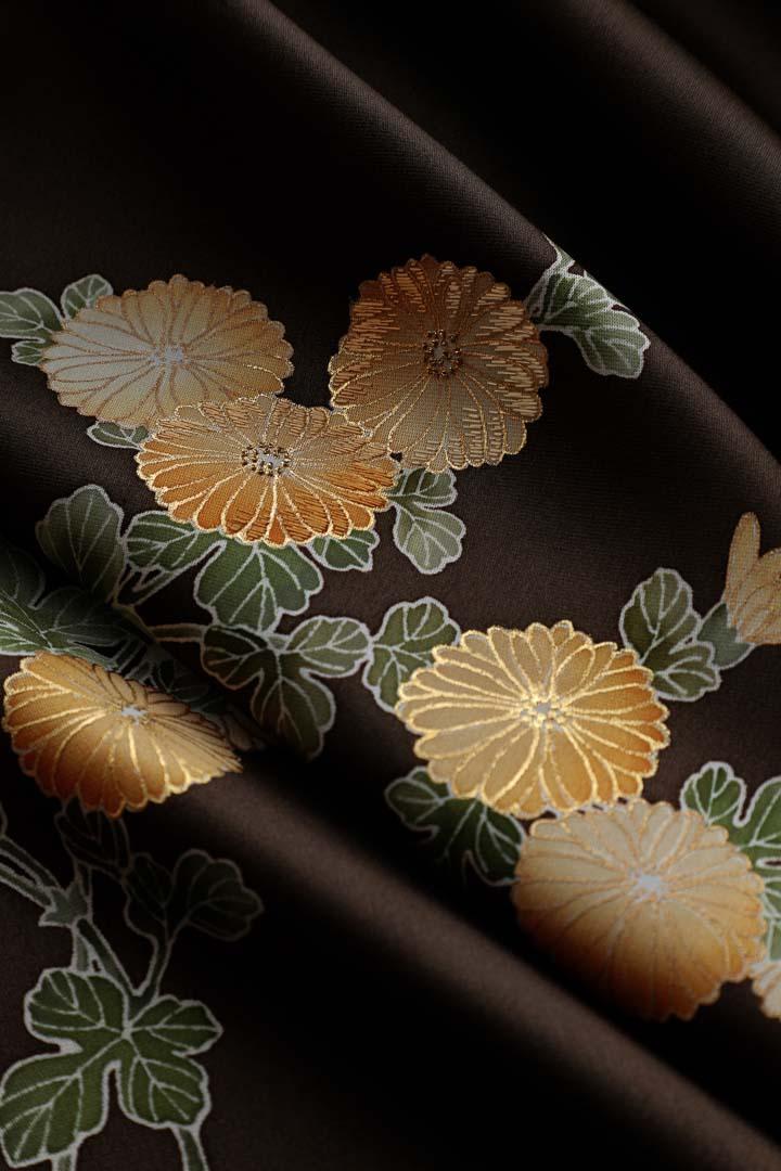 セミオーダー訪問着「宗達の菊」黒柿色。金彩と刺繍。繻子の生地の良さを引き出して。2縦長。