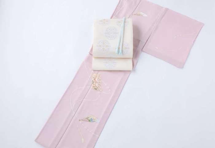 訪問着「香包と扇子」御所染め色。全景。有職織物「竜胆の丸文」の袋帯に水色の帯締めを合わせて。