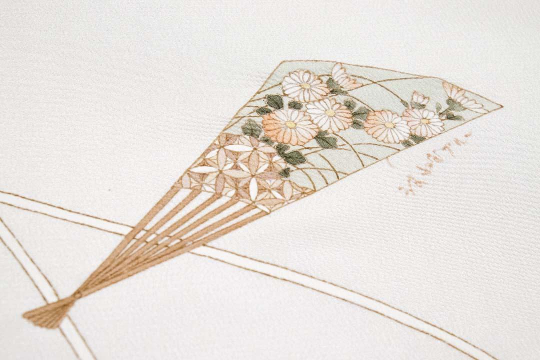 訪問着「扇子に紐」白茶色。友禅染めが完了した菊の部分。