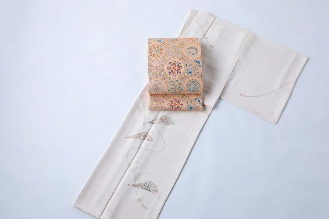 訪問着「扇子に紐」白茶色に、盡政金唐錦袋帯「正倉院撥鏤文」をコーディネート。全景。