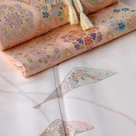 訪問着「扇子に紐」白茶色に、盡政金唐錦袋帯「正倉院撥鏤文」、承和色の帯締めをコーディネート。上前斜め下のアングルから2。