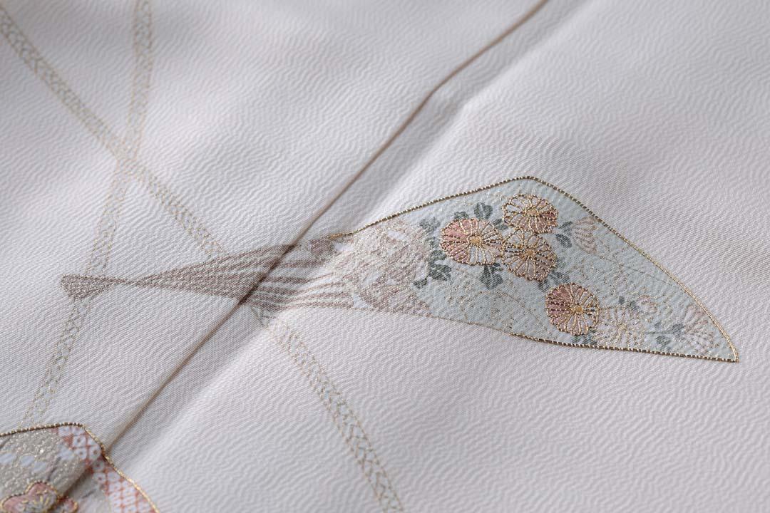 訪問着「扇子に紐」白茶色。上前のあやめ。上前の扇子と菊。