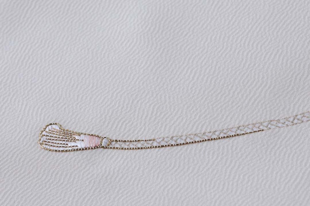 訪問着「扇子に紐」白茶色。紐の刺繍、ピンクが柔らかく。