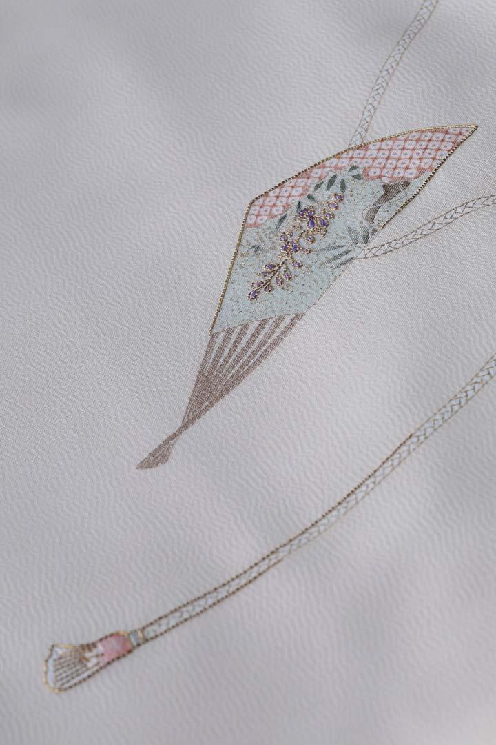 訪問着「扇子に紐」白茶色。出袖の全体イメージ。