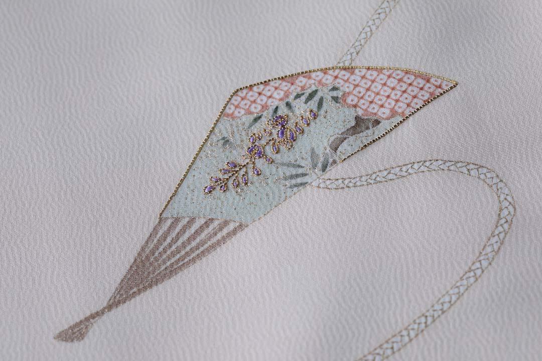 訪問着「扇子に紐」白茶色。出袖の扇子と藤。