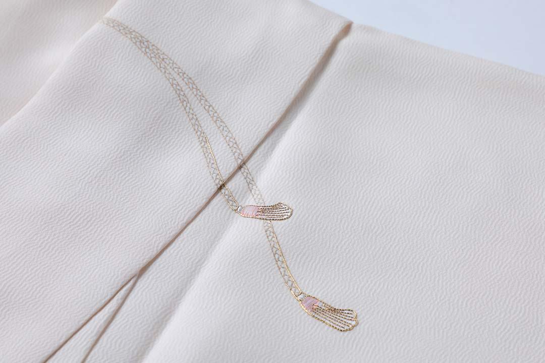 訪問着「扇子に紐」白茶色。胸の紐柄。