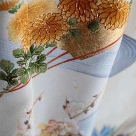 訪問着「誕生花」白茶色。上前の菊アップで縦長。