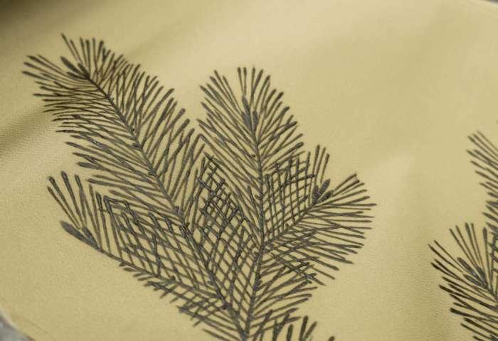 訪問着「若松」威光茶色。工程がわかる写真。糊糸目の後に引き染めをしたばかり。