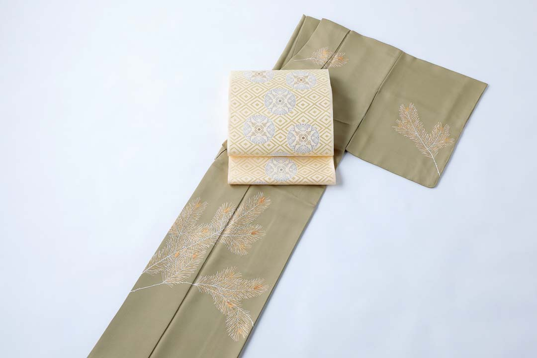 訪問着「若松」威光茶色。有職織物「臥せ蝶の丸文・承和色」を合わせて。全景。