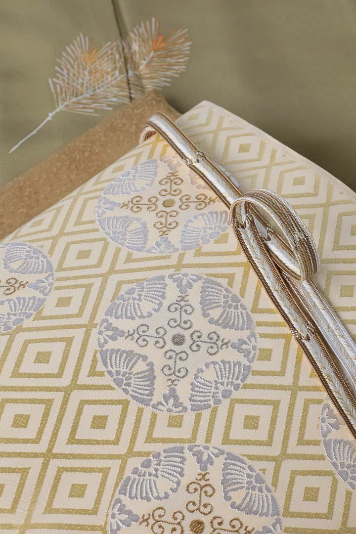 訪問着「若松」威光茶色。有職織物「臥せ蝶の丸文・承和色」と茶色の帯締め帯揚げを合わせて、帯を中心に。