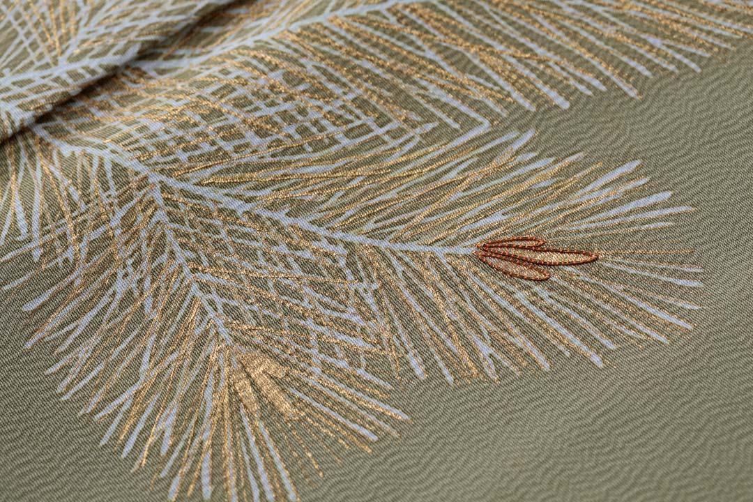 訪問着「若松」威光茶色。金駒刺繍のある無しで違いがわかる。金彩と糊糸目も味わい深い。