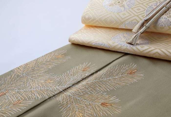 訪問着「若松」威光茶色。有職織物「臥せ蝶の丸文・承和色」と茶色の帯締めを合わせて、より斜めから。