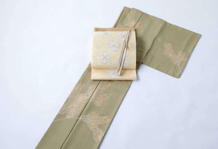 訪問着「若松」威光茶色。全景。有職織物「臥せ蝶の丸文・承和色」、金茶色の帯締め帯揚げを合わせて。