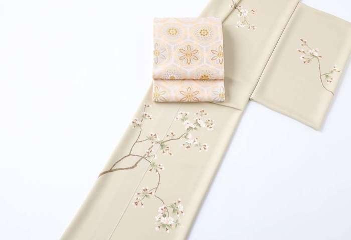 訪問着「山桜」全景。ピンクの盡政金唐錦袋帯幾何学柄を合わせて。