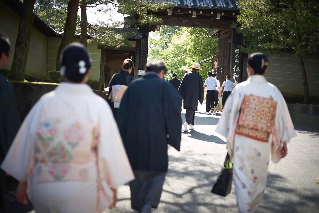 仁和寺を着物で散策。男女皆さんが着物を着ています。