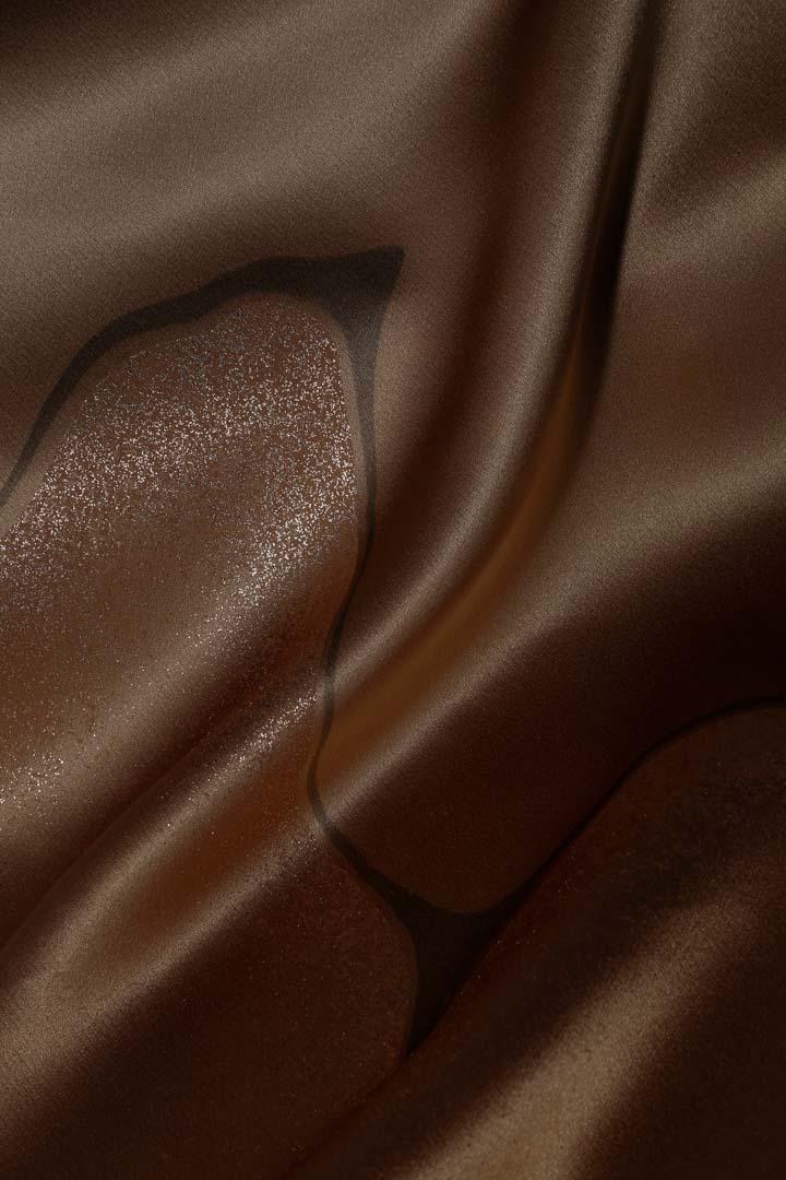 繻子の生地を金茶色で染めて、墨流しと金彩を施した帯揚げ。印象的な墨の流れ。縦長。