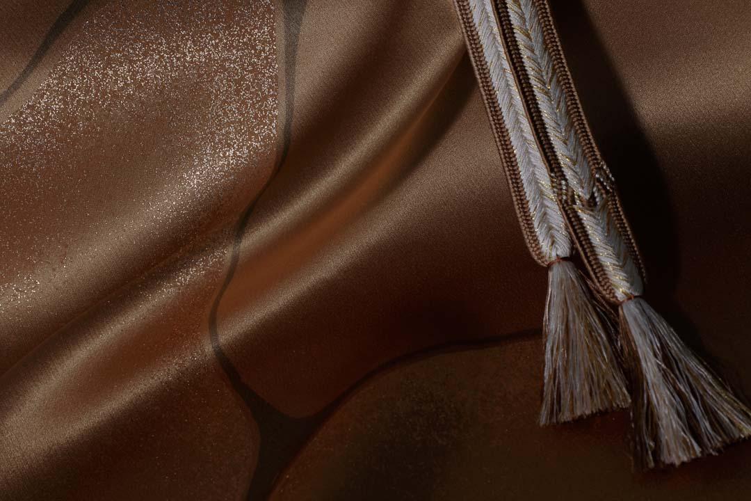 繻子の生地を金茶色で染めて、墨流しと金彩を施した帯揚げ。帯締めも同色に白のコンビで房を見せて。