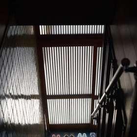 金彩職人の仕事場2階から1階の玄関を臨む。草履がきちんと並べられている。