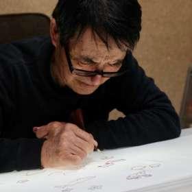 糊置き職人が染め名古屋帯に、もち米で作られた糊糸目を置いている作業中。