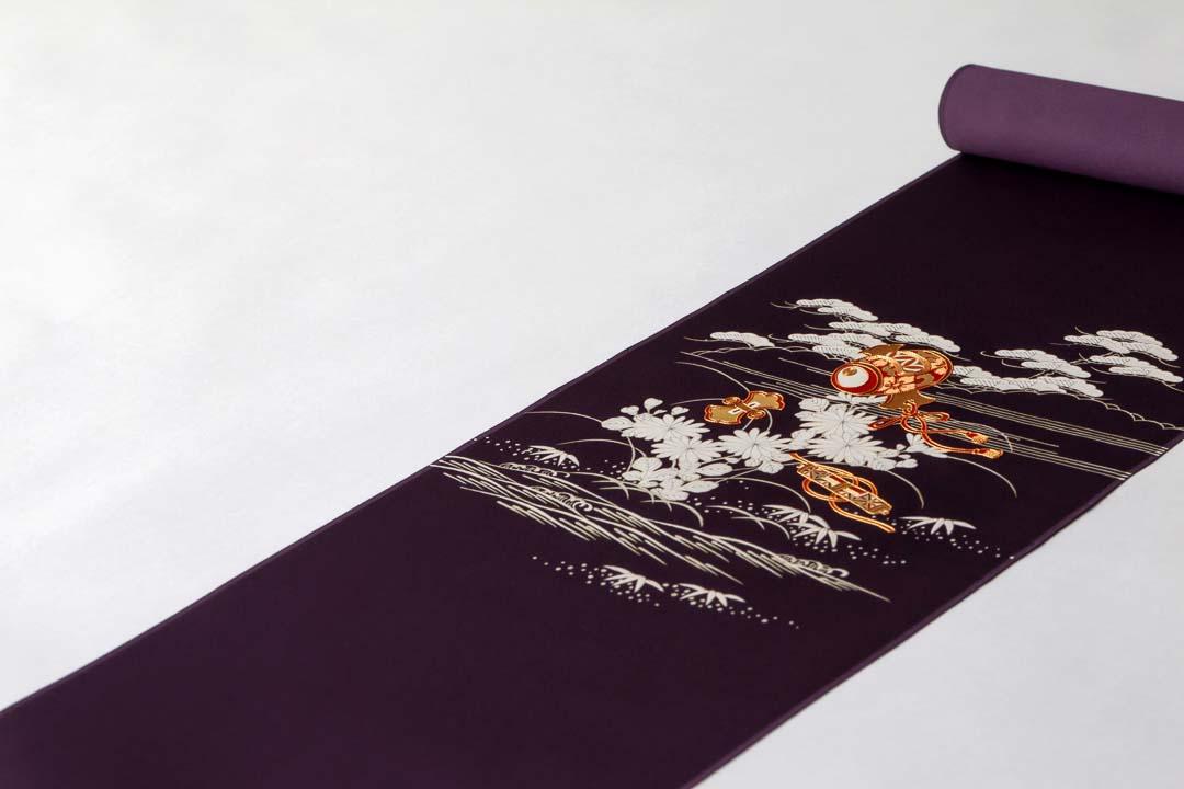 染め名古屋帯「御所の宝尽くし」紫地。お太鼓の全景。
