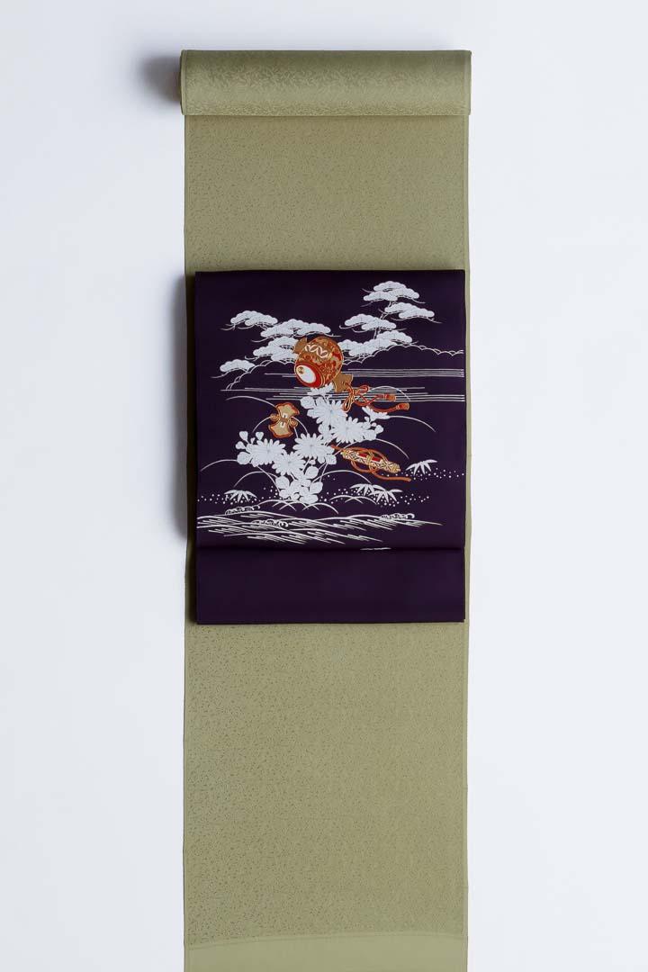 染め名古屋帯「御所の宝尽くし」紫地。鶸茶色、唐草模様の色無地を合わせて。