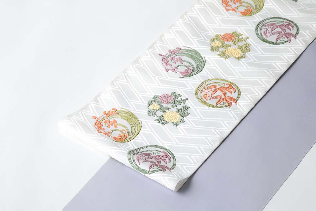 有職織物。二陪織物の花丸文。菊・竹・蘭柄の全景。藤グレーの色無地に合わせて。