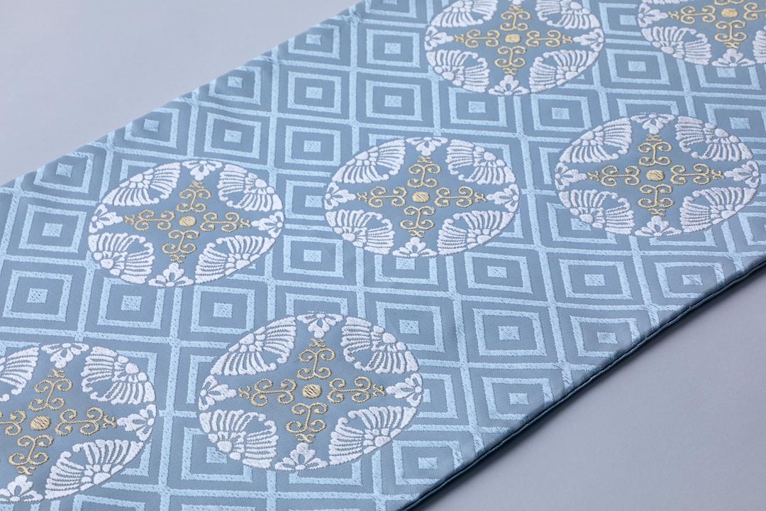 有職織物。二陪織物の臥せ蝶の丸文、水色地、白柄の全景