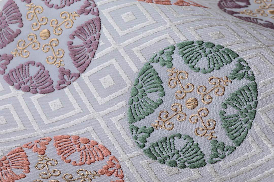 有職織物。二陪織物の臥せ蝶の丸文、白茶地、緑のアップ2。