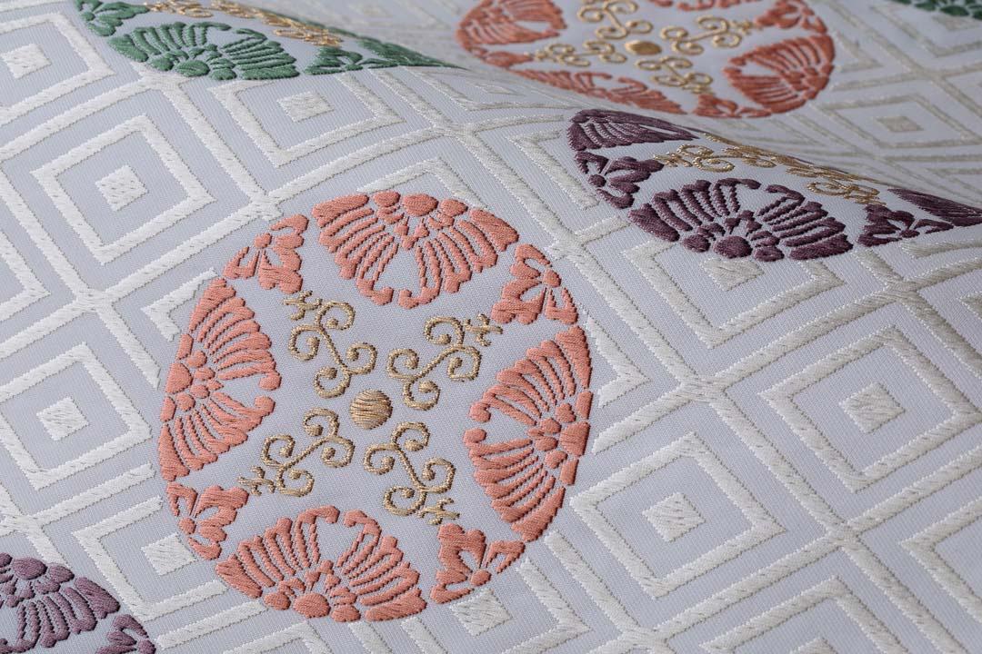 有職織物。二陪織物の臥せ蝶の丸文、白茶地、ピンクのアップ2。
