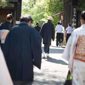 仁和寺を着物で散策。男女皆さんが着物を着ています。縦長。